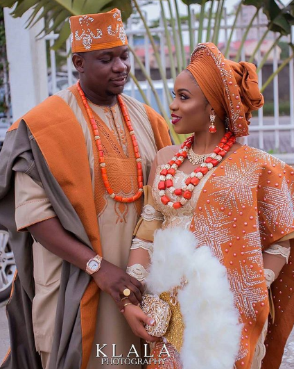 0a022e9f14c ... and the draped asooke of the Yorubas are perfect for this! Not to  mention the accessories  big feathered purse